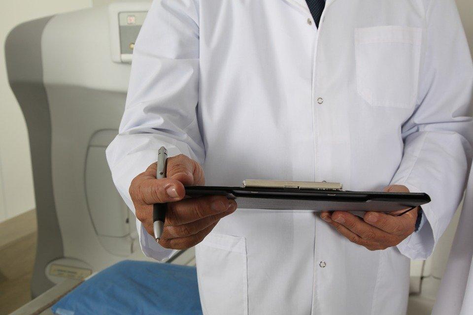 Médico con historial en mano. | Imagen:  Pixabay