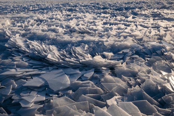 De magnifiques tessons de glace s'accumulent le long du lac Michigan. | YouTube/MLive