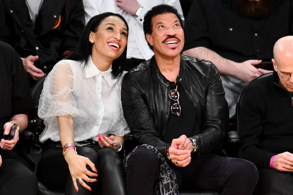 Lionel Richie and Lisa Parigi at a basketball game, February 2020 | Source: Getty Images