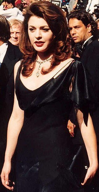 Jane Leeves on the red carpet at the Emmys 1994. | Source: Wikimedia Commons, photo by Allan Light