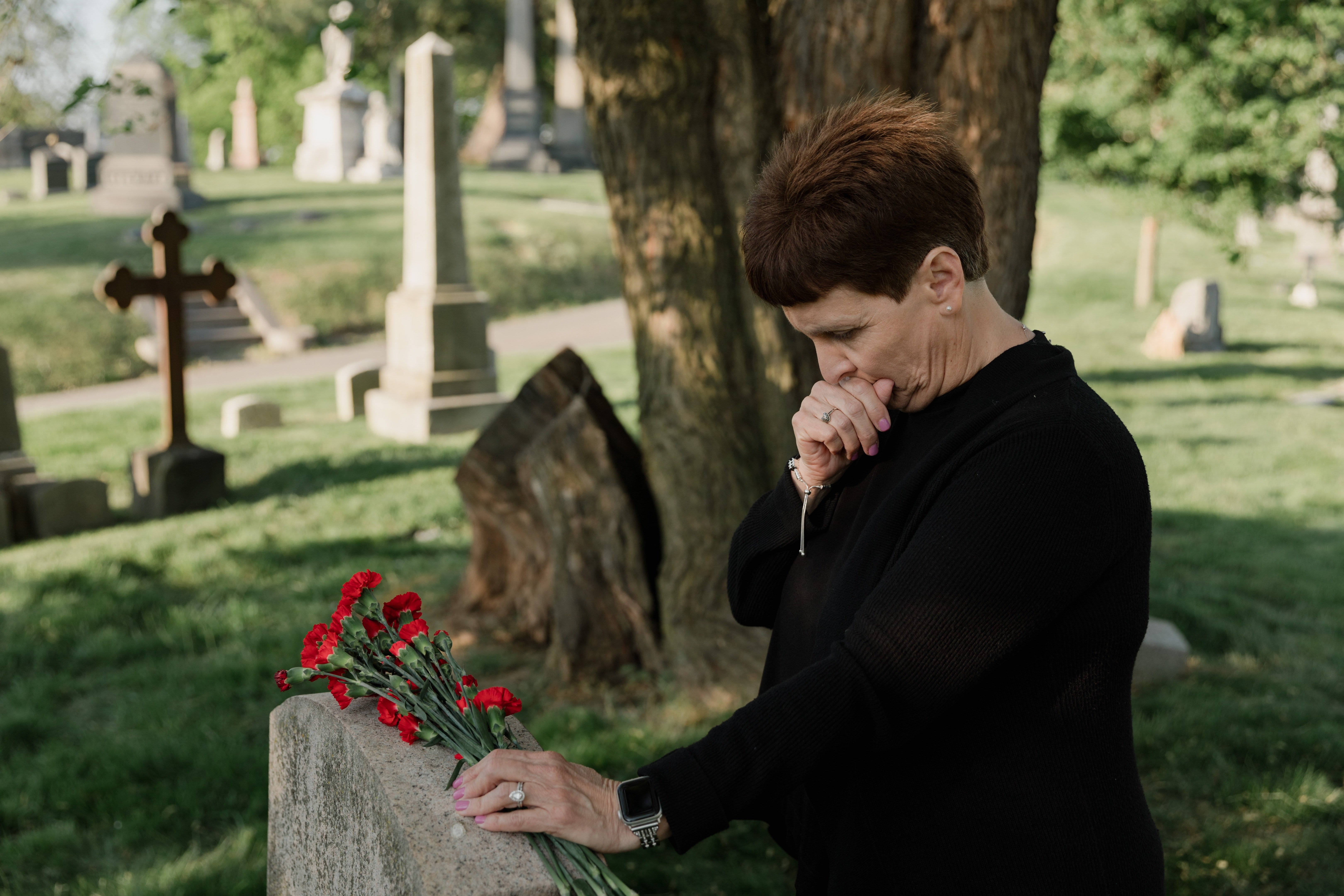 Woman in a cemetery | Photo: Pexels