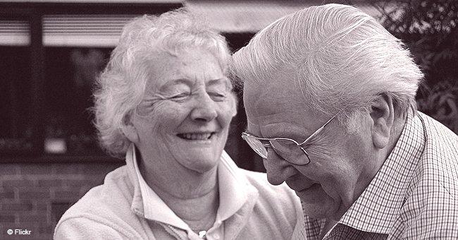 Älteres Ehepaar erinnert sich mit Freude an die guten alten Zeiten