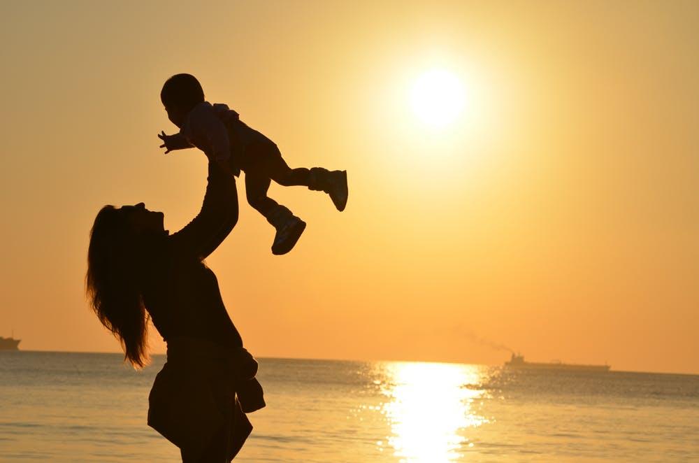 Femme qui porte son bébé | Photo : Pexels