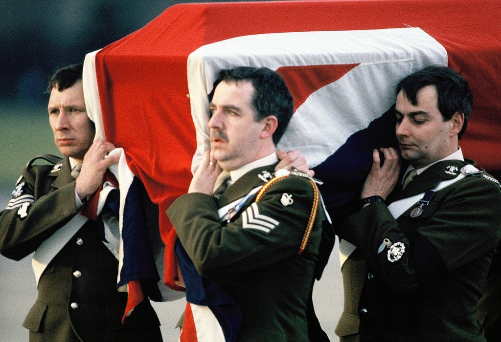 The draped coffin of Major Hugh Lindsay, carried by soldiers, returns in England | Photo: Getty Images