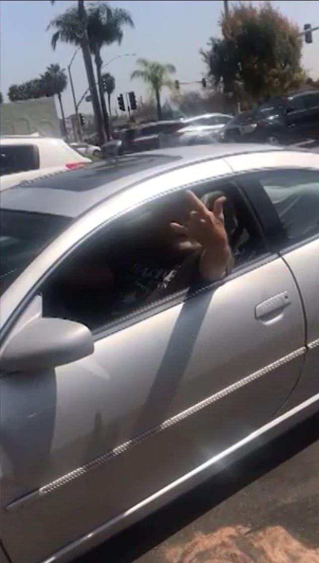 Cliente en su coche mientras es grabado por Del Rio.  Imagen:  YouTube /ABC13 Houston
