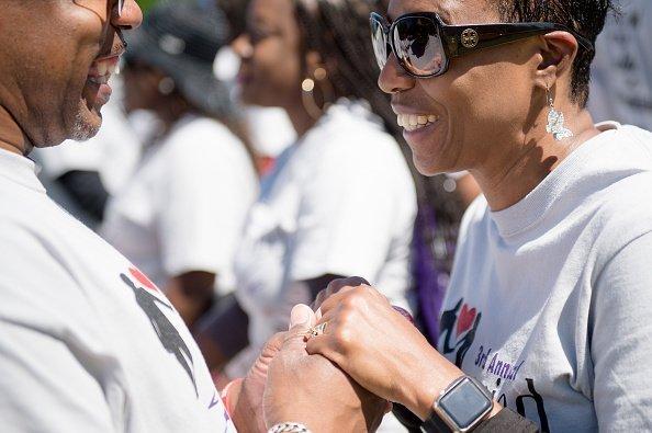 Hombre tomando de las manos a una mujer.   Imagen: Getty Images