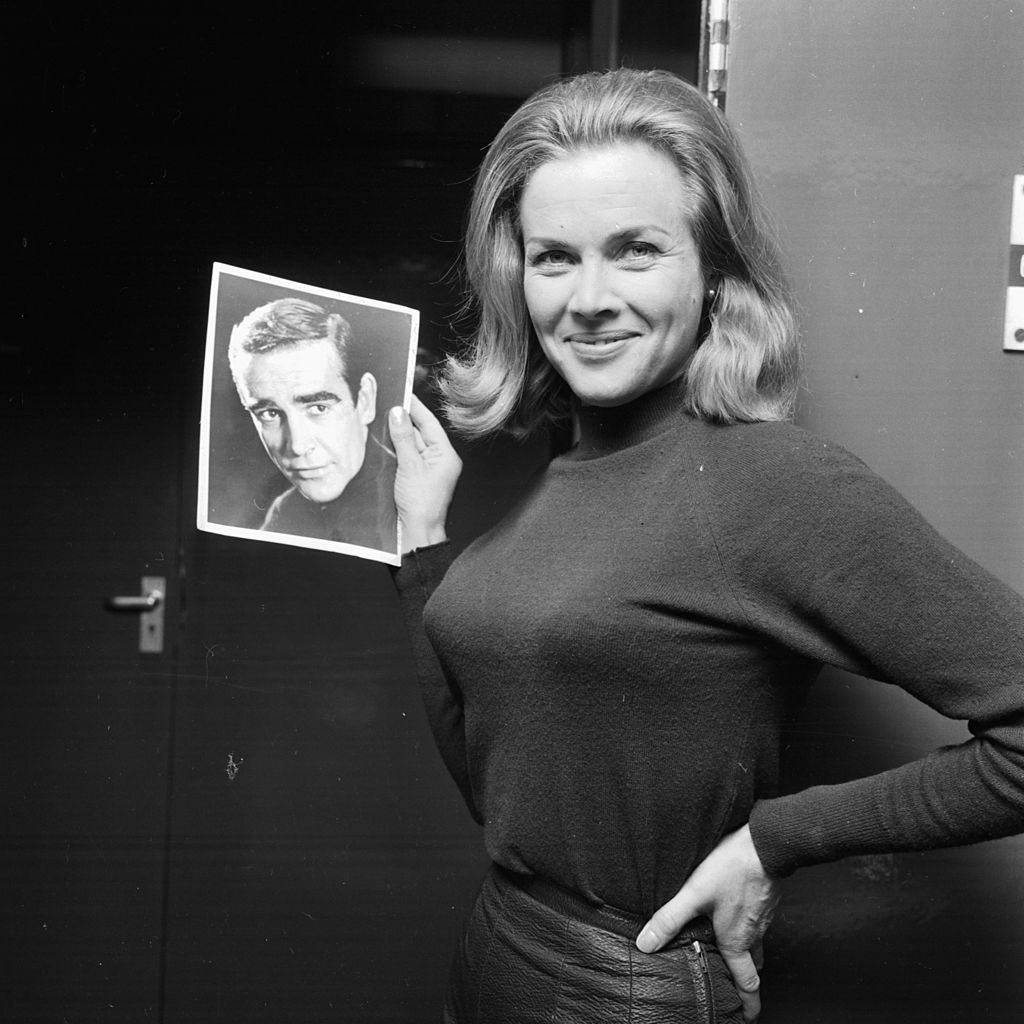 Honor Blackman tenant une photo de l'acteur Sean Connery, à la suite de son casting dans le nouveau film de James Bond, 8 janvier 1964. | Photo : Getty Images
