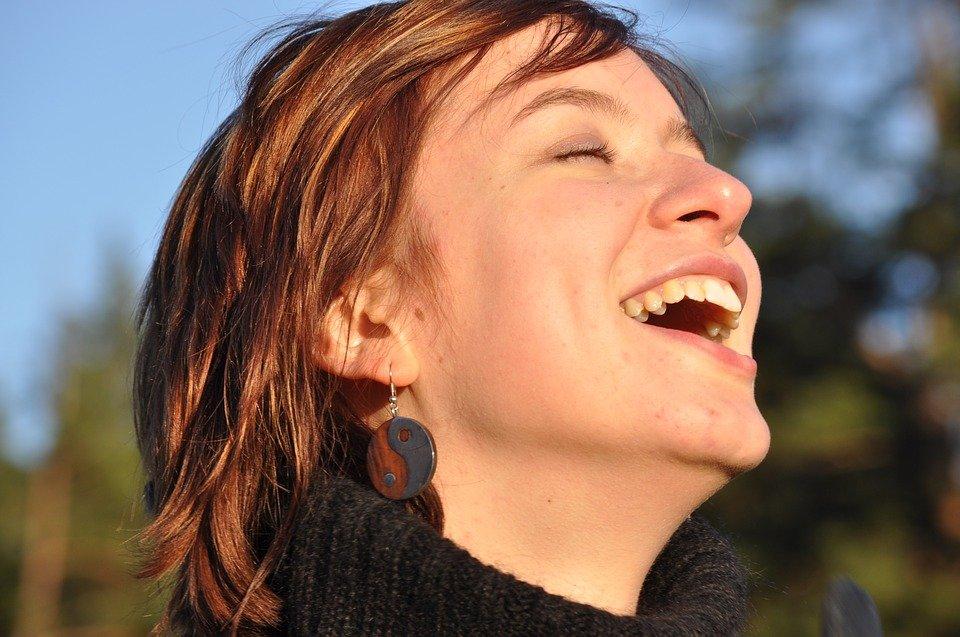 Une femme rie.   Photo : Pixabay