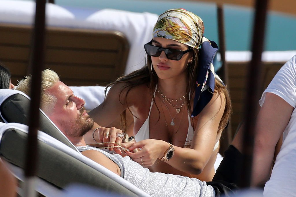 Amelia Hamlin and Scott Disick on a beach in Miami, February 2021 | Source: Getty Images