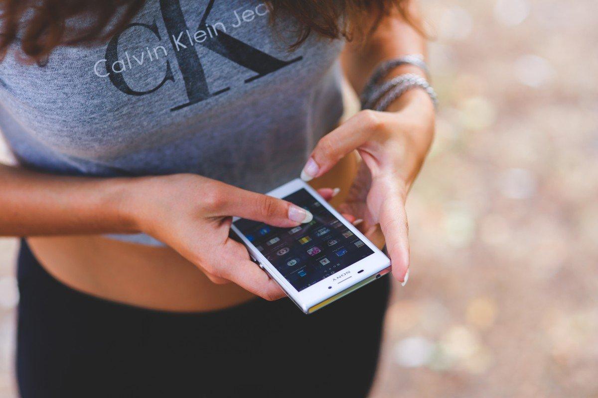 Mujer escribiendo mensajes en su teléfono. | Imagen: PxHere