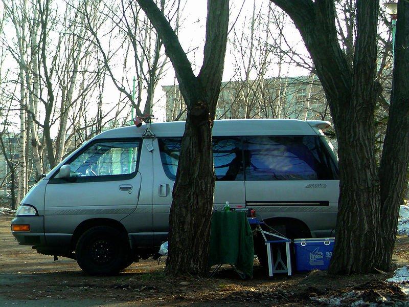 Furgoneta estacionada en un parque usada como vivienda por personas sin hogar. | Imagen: Wikimedia Commons