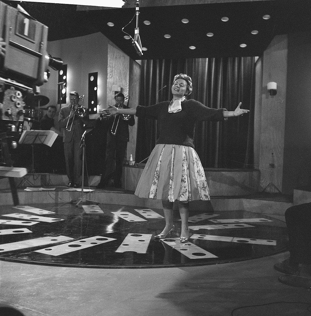 Annie Cordy repeteert in Cinetone studio, 1961 | Source: Wikimedia commons/Jack de Nijs / Anefo [CC0]