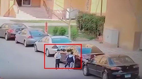 Mohamed Ehab avec ses amis avant qu'il ne soit attaqué par des chiens| Photo : YouTube/ World news for all
