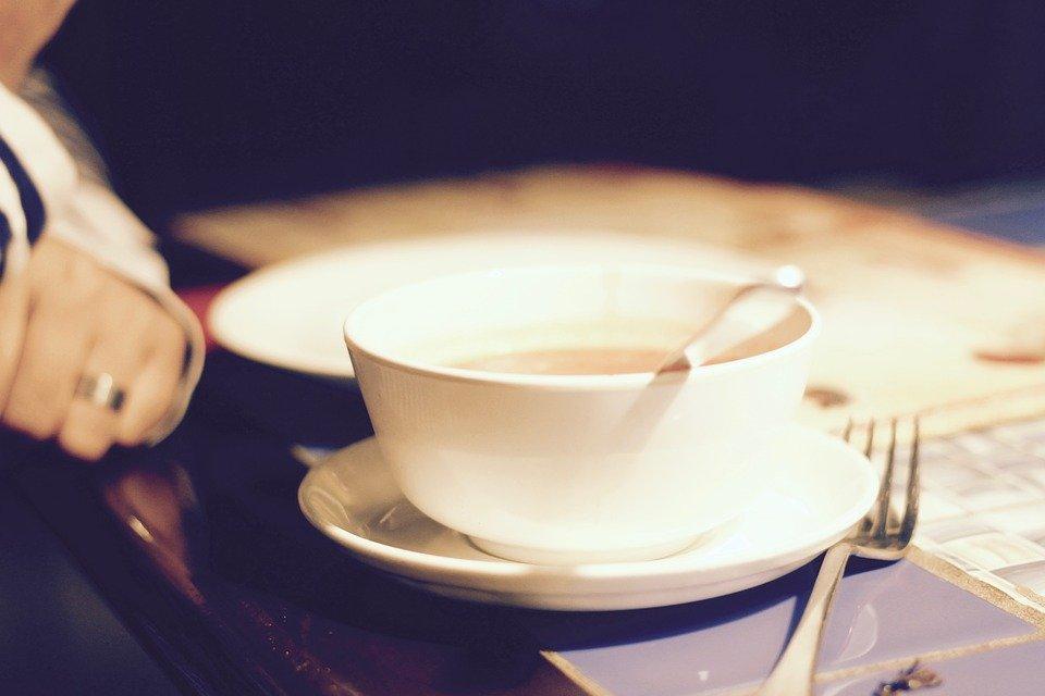 Persona tomando sopa │Imagen tomada de: Pixabay