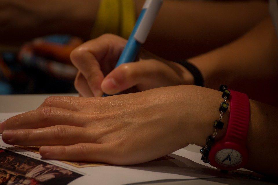 Niño escribiendo sobre papel │ Imagen tomada de: Pixabay