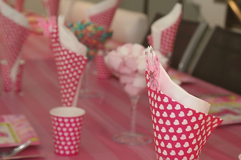 A photo of decorated cups at a children's party. | Photo: Pixabay