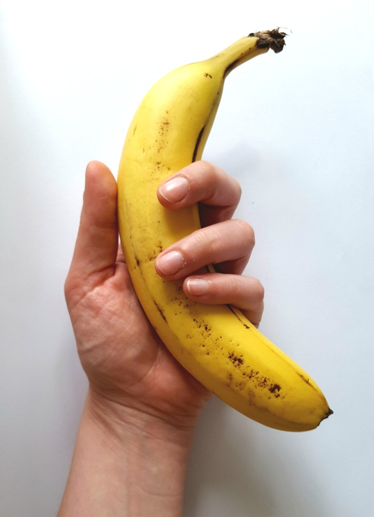 Photo of a someone holding a banana | Photo: Pexels