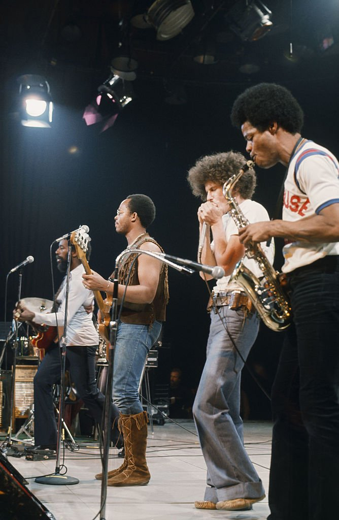 Morris 'BB' Dickerson playing guitar during the War's midnight special in NBCUniversal in 1980. | Photo: Getty Images