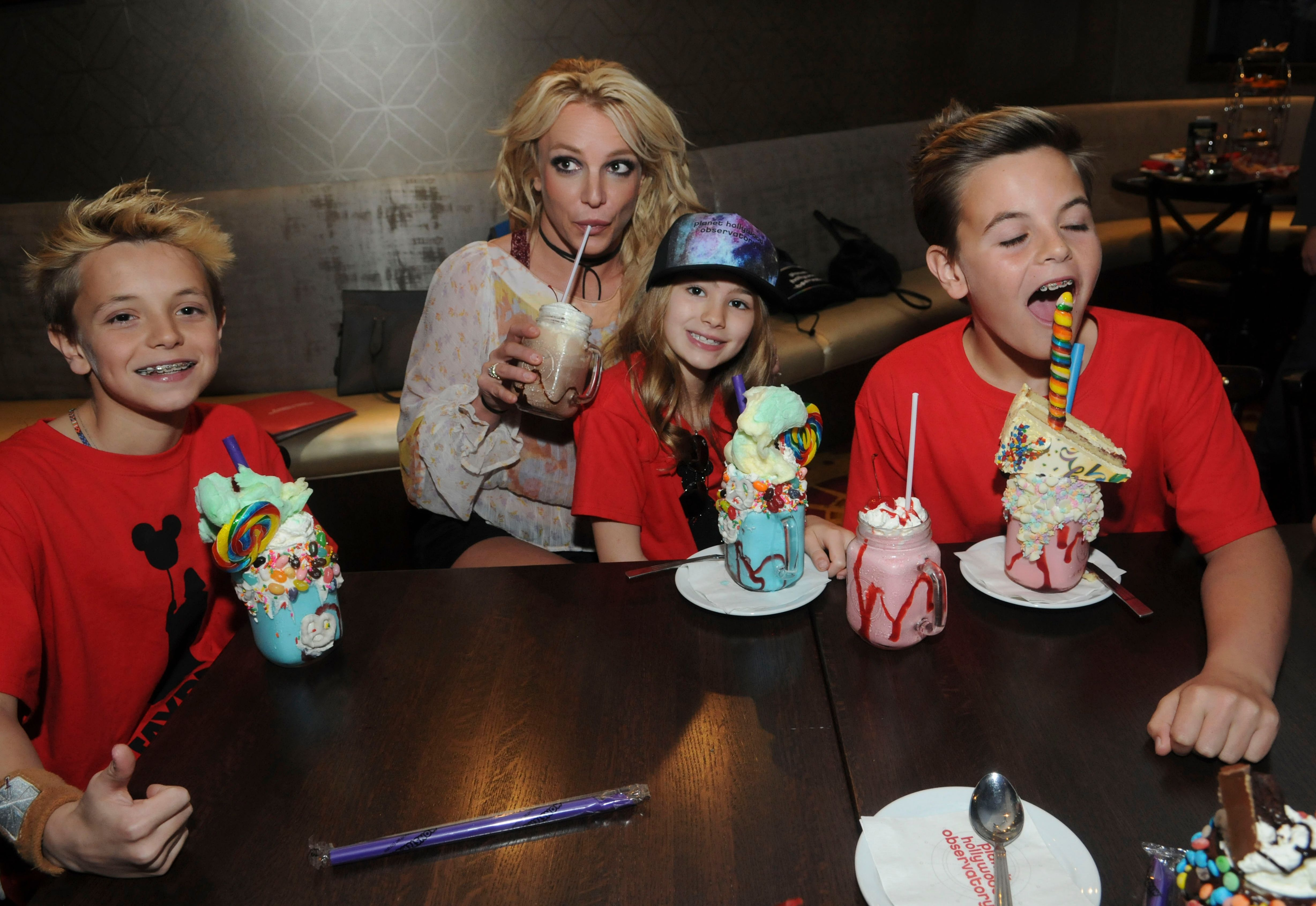 Britney Spears with sons Jayden and Sean Federline and niece Maddie Aldridge at Planet Hollywood in Orlando, Florida in 2017 | Source: Getty Images