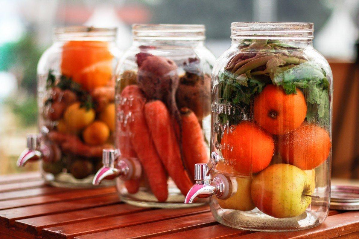 Fruta almacenada en envases de vidrio. | Imagen: PxHere
