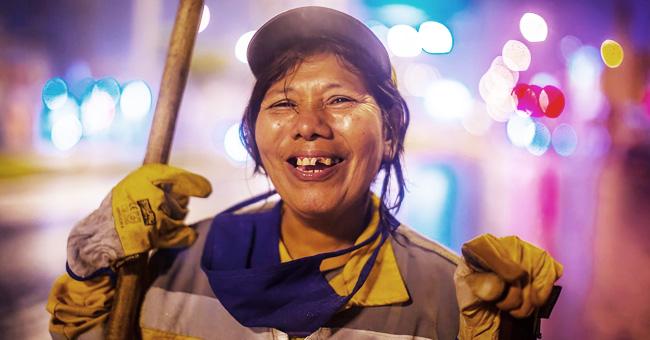Inspiradora mamá barre las calles por la noche para que su hija termine la universidad