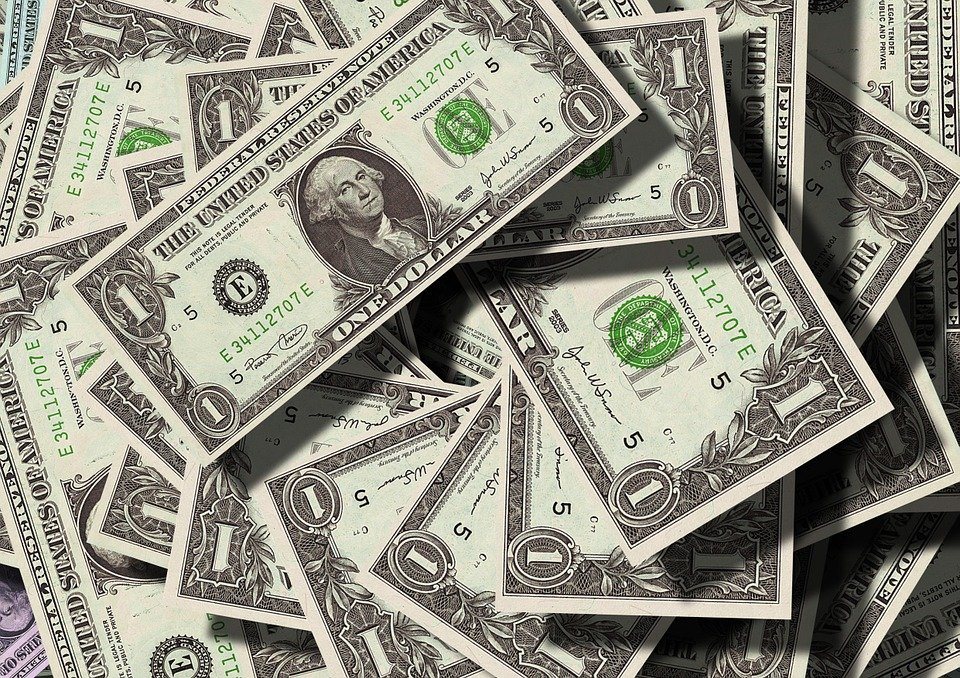 A table full of dollars. | Photo: Pixabay
