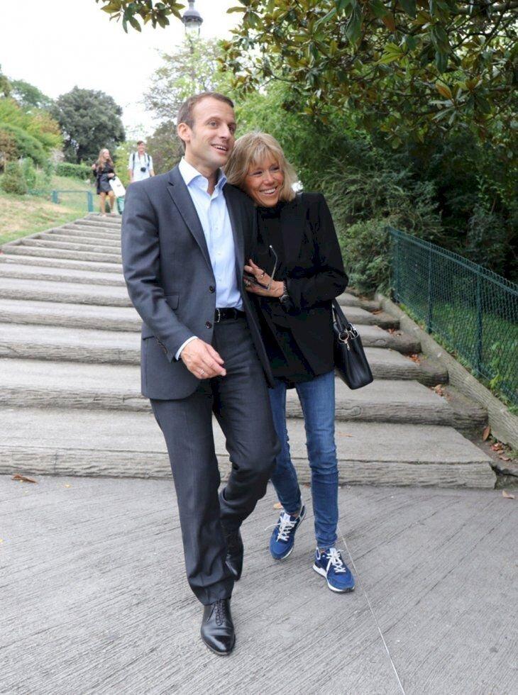 Emmanuel et Brigitte Macron rigolent lors d'une promenade. l Flickr