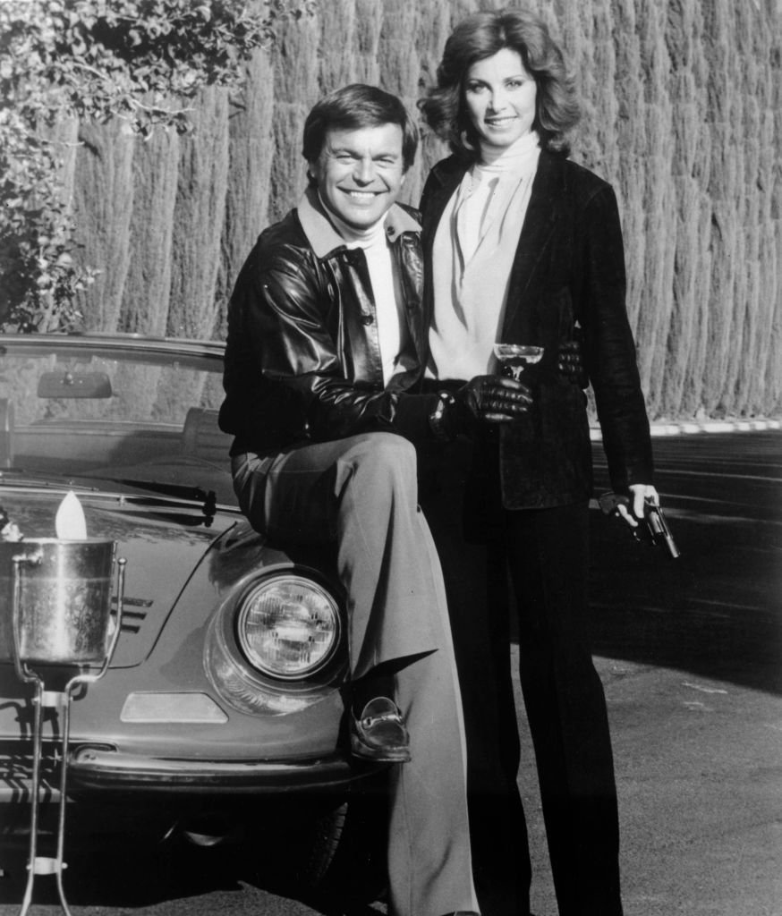 """Robert Wagner and Stefanie Powers pose while filming """"Hart to Hart"""" 