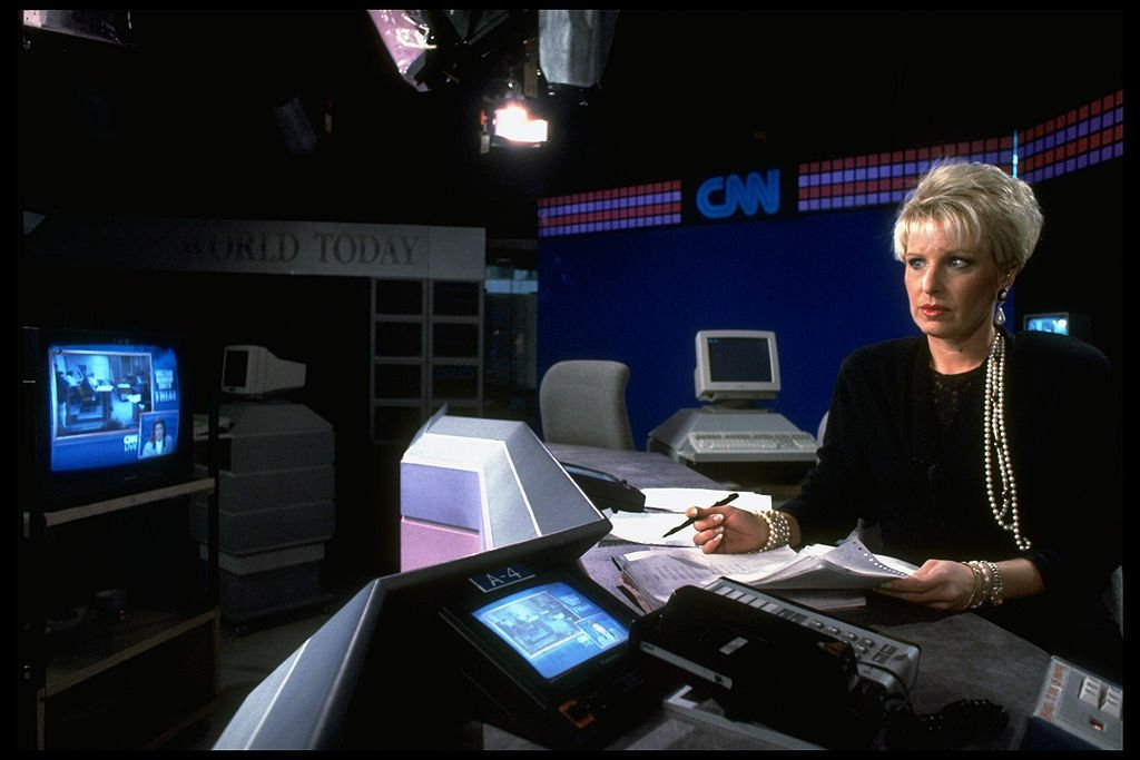 Bobbie Battista on air, reporting news, on Cable News Network set. | Photo: Getty Images
