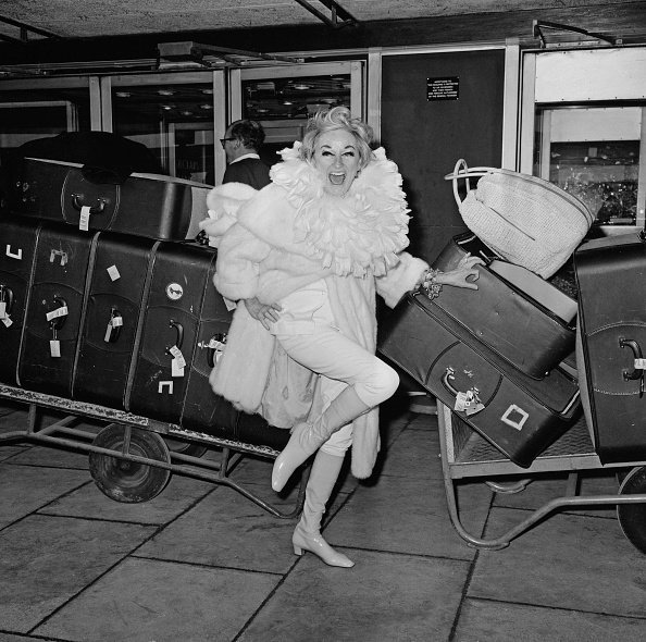 Phyllis Diller at Heathrow Airport, London, UK, on January 16, 1968. | Photo: Getty Images