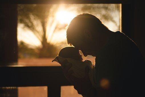 Padre cargando a su hijo. | Imagen tomada de: Pixabay