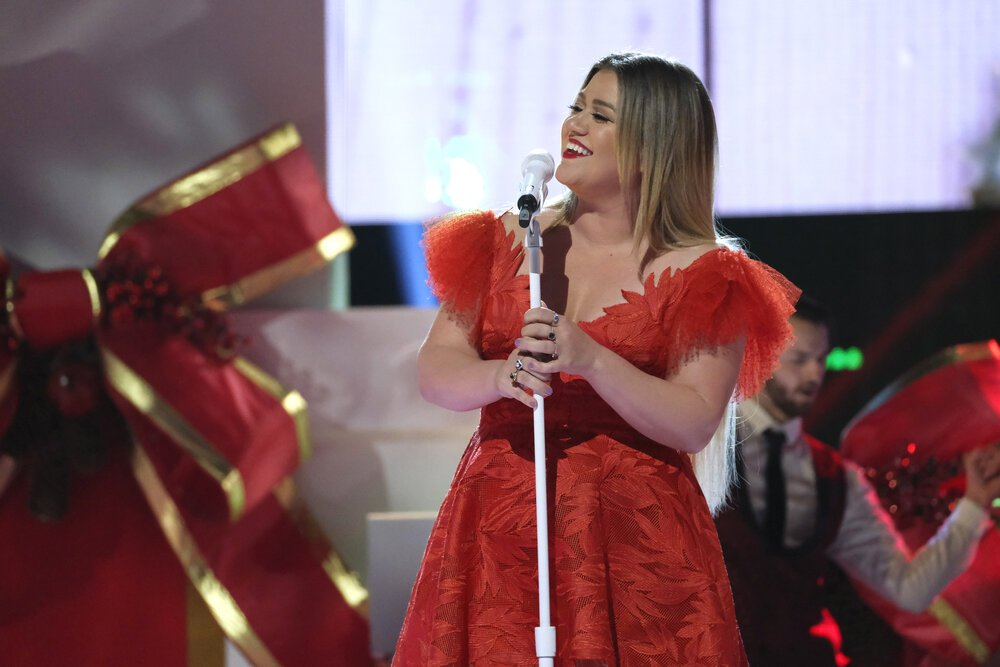 """Kelly Clarkson presenting the Live Top 9 Results on """"The Voice"""" on December 2019. 