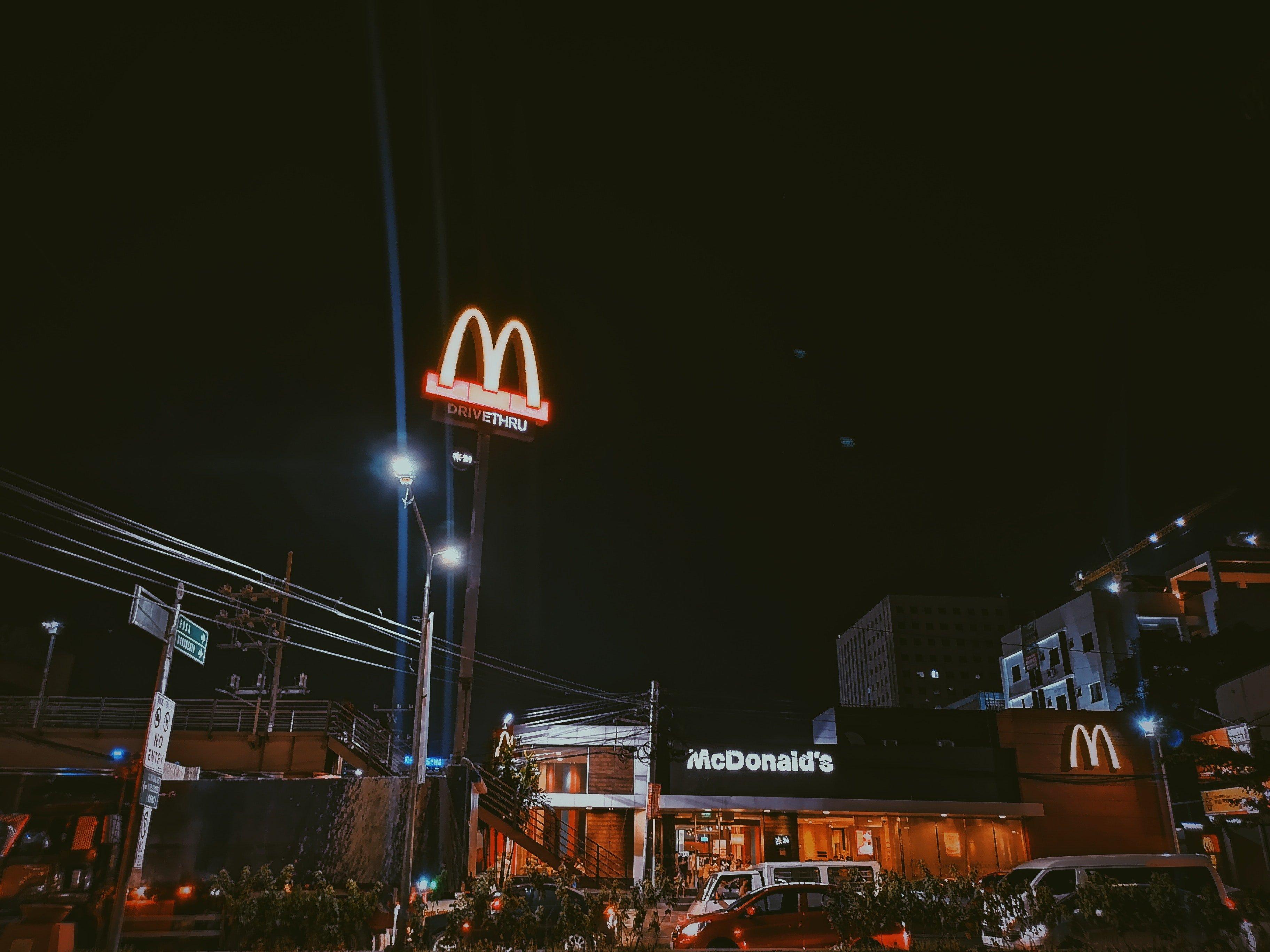 McDonald's de noche. | Imagen: Pexels