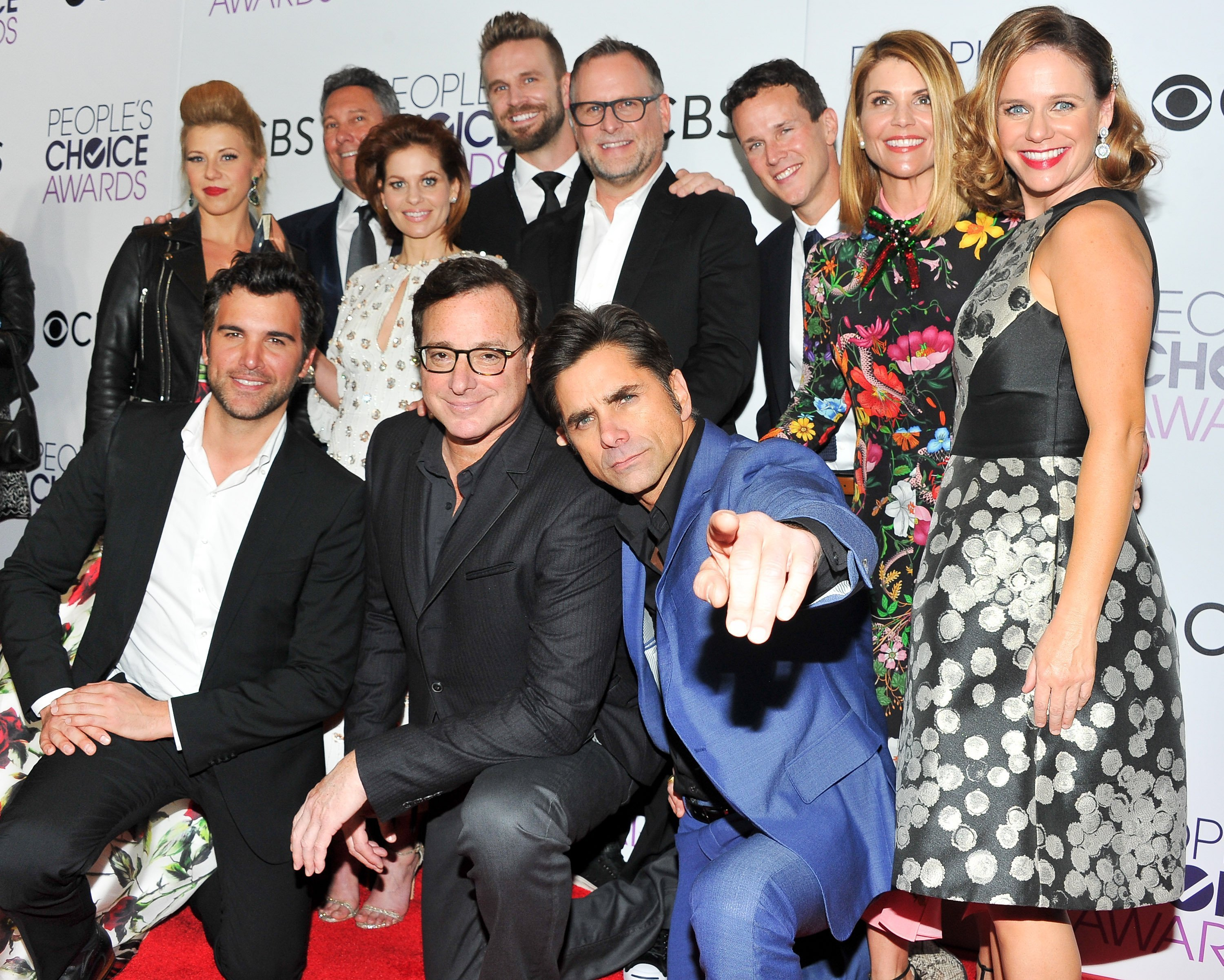 """Lori Loughlin and the rest of the """"Fuller House"""" cast at the 2017 People's Choice Awards 