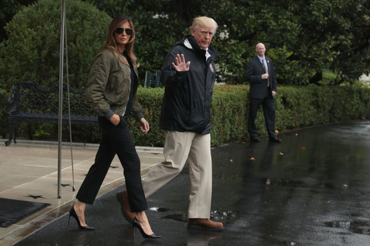Donald Trump et Melania Trump quittant la maison blanche pour se rendre au Texas après le passage de l'ouragan Harvey. l Source : Getty Images