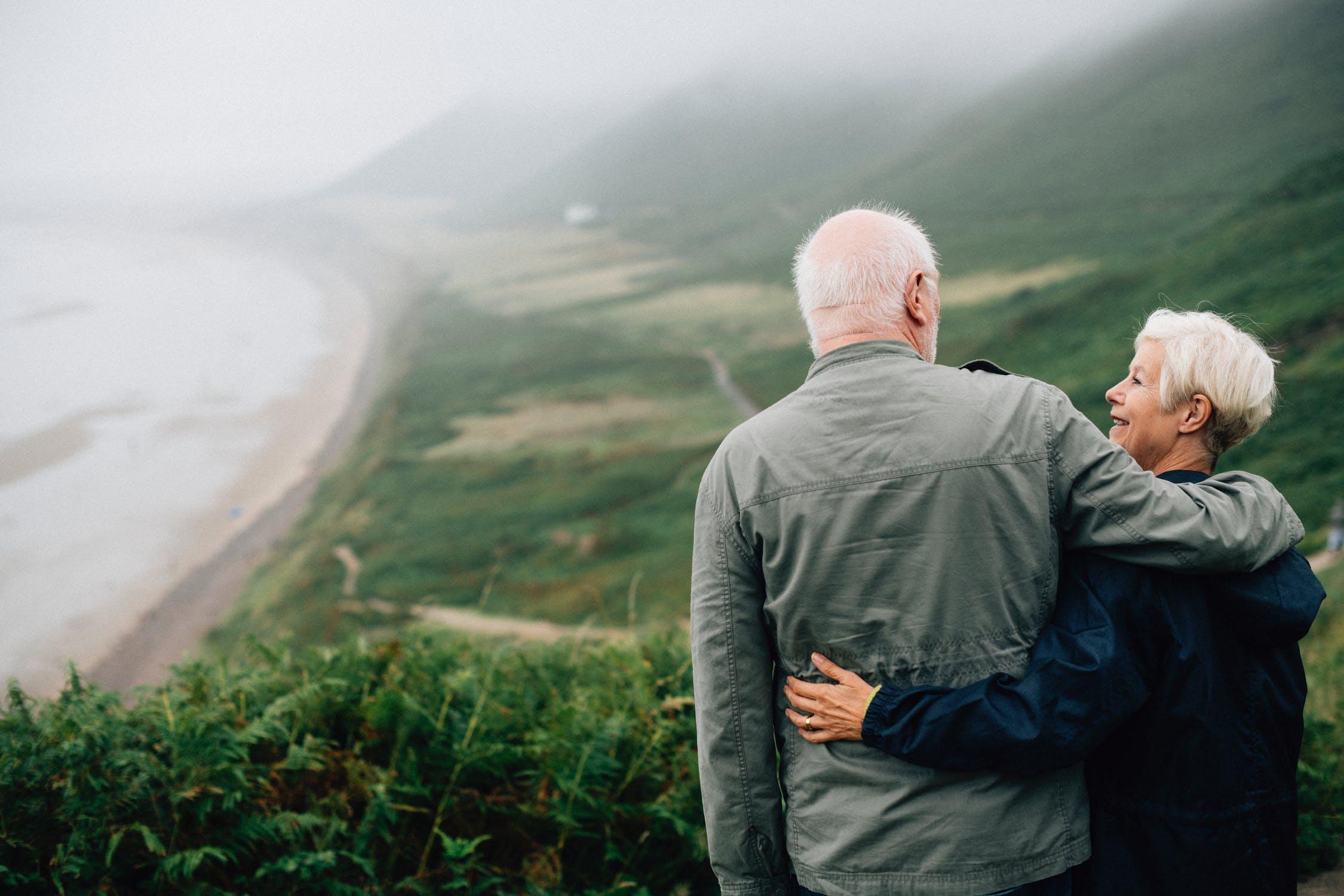 Pareja de ancianos observando la naturaleza. | Imagen: Pexels