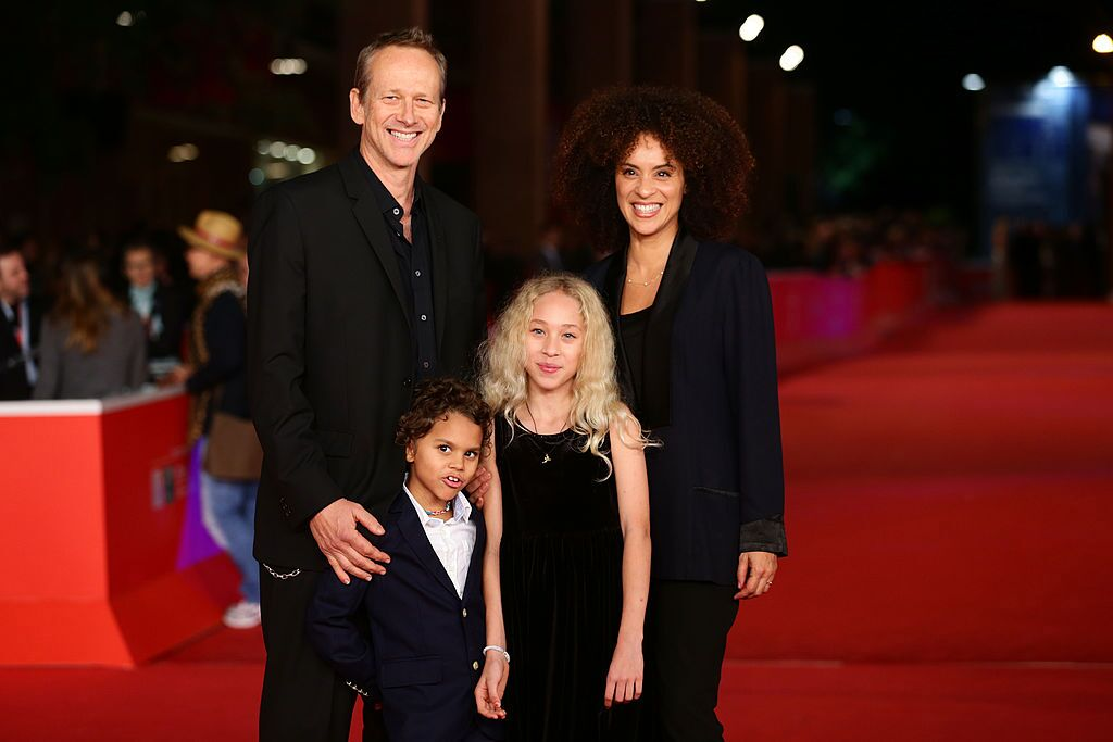 Karyn Parsons, Alexandre Rockwell and their children at a red carpet event in 2012 | Source: Getty Images/GlobalImagesUkraine