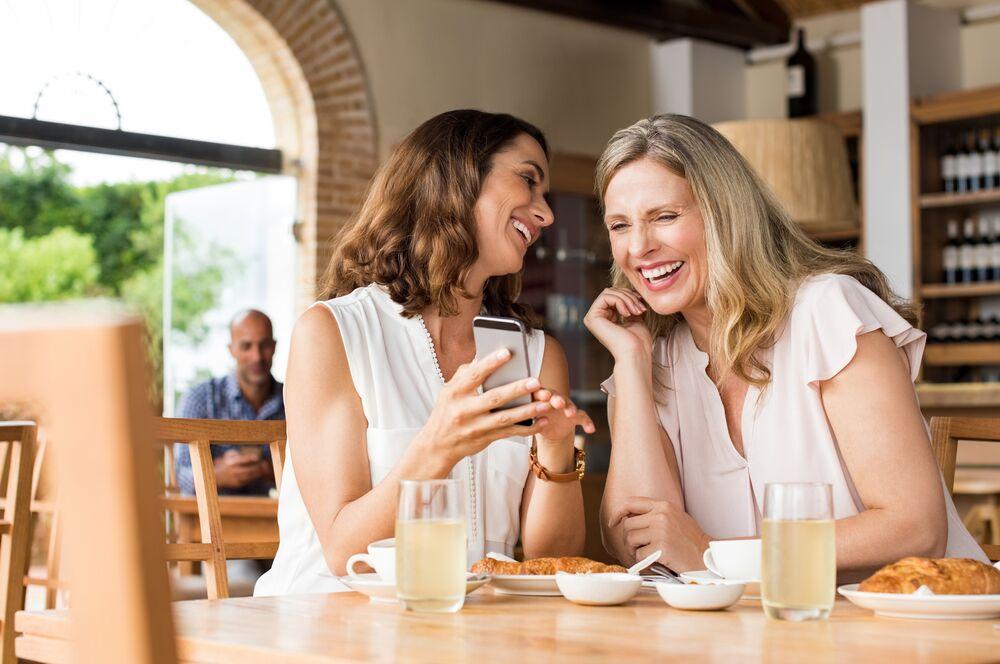 Deux amies qui rient. l Photo : Shutterstock