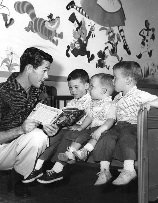 Photo of Johnny Carson reading a story with his three sons in 1955 | Photo: Wikimedia Commons Images