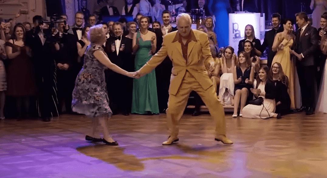 Ehepaar auf der Tanzfläche | Quelle: YouTube/SwingNellia