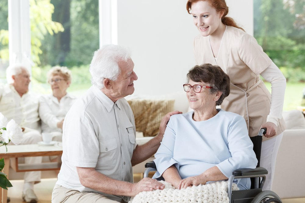 Un aîné rend visite à son épouse atteinte de la maladie d'Alzheimer à la maison de retraite. | Source : Shutterstock