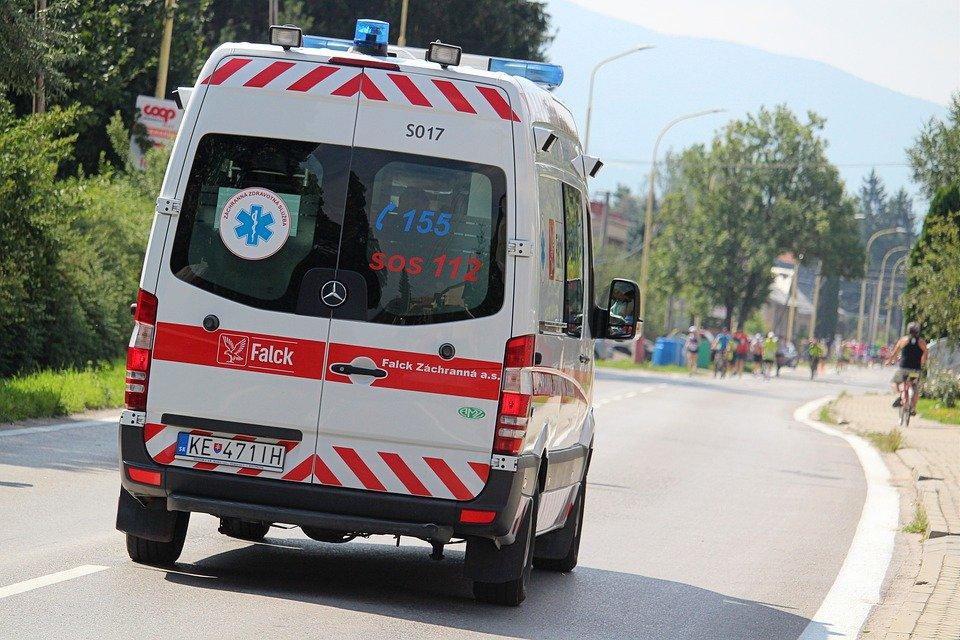 Ambulancia conduciendo por una carretera.   Imagen: Pixabay