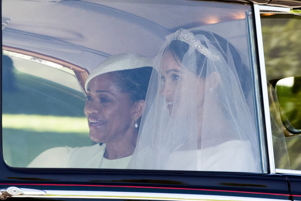 La duchesse de Sussex et Doria Ragland se rendent à la cérémonie de mariage en avril 2018 | Photo : Getty Images