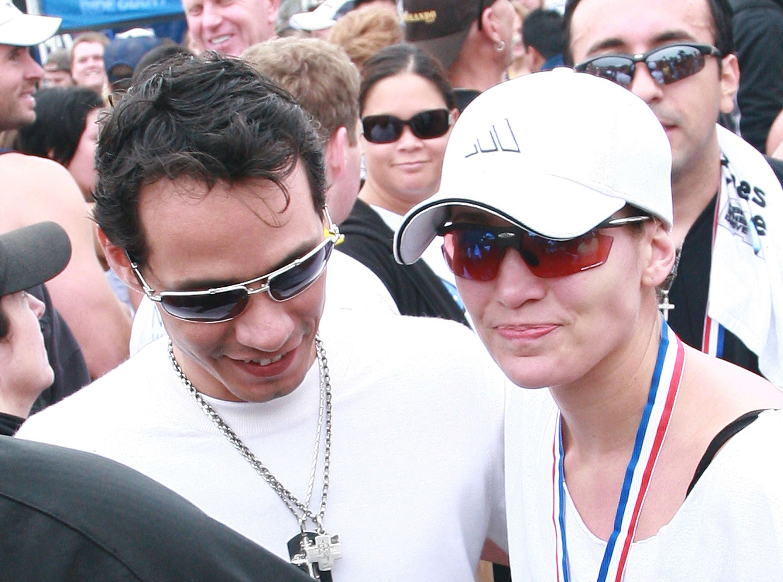 Marc Anthony y Jennifer López en la línea de llegada del Triatlón Nautica Malibu en septiembre de 2008 en California, EEUU || Fuente: Getty Images