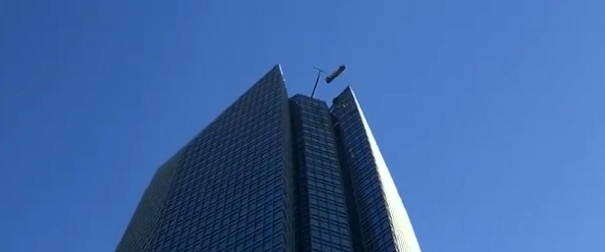 Zwei Fensterputzer im Korb gefangen hängen hilflos an der Spitze des Oklahoma City Tower