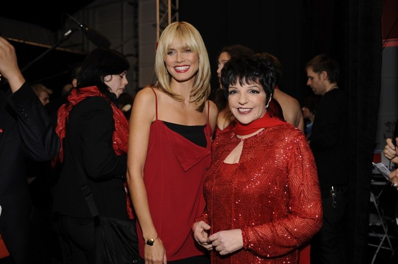 Liza Minnelli with Heidi Klum at The Heart Truth Fashion Show in 2008 | Source: Wikimedia Commons