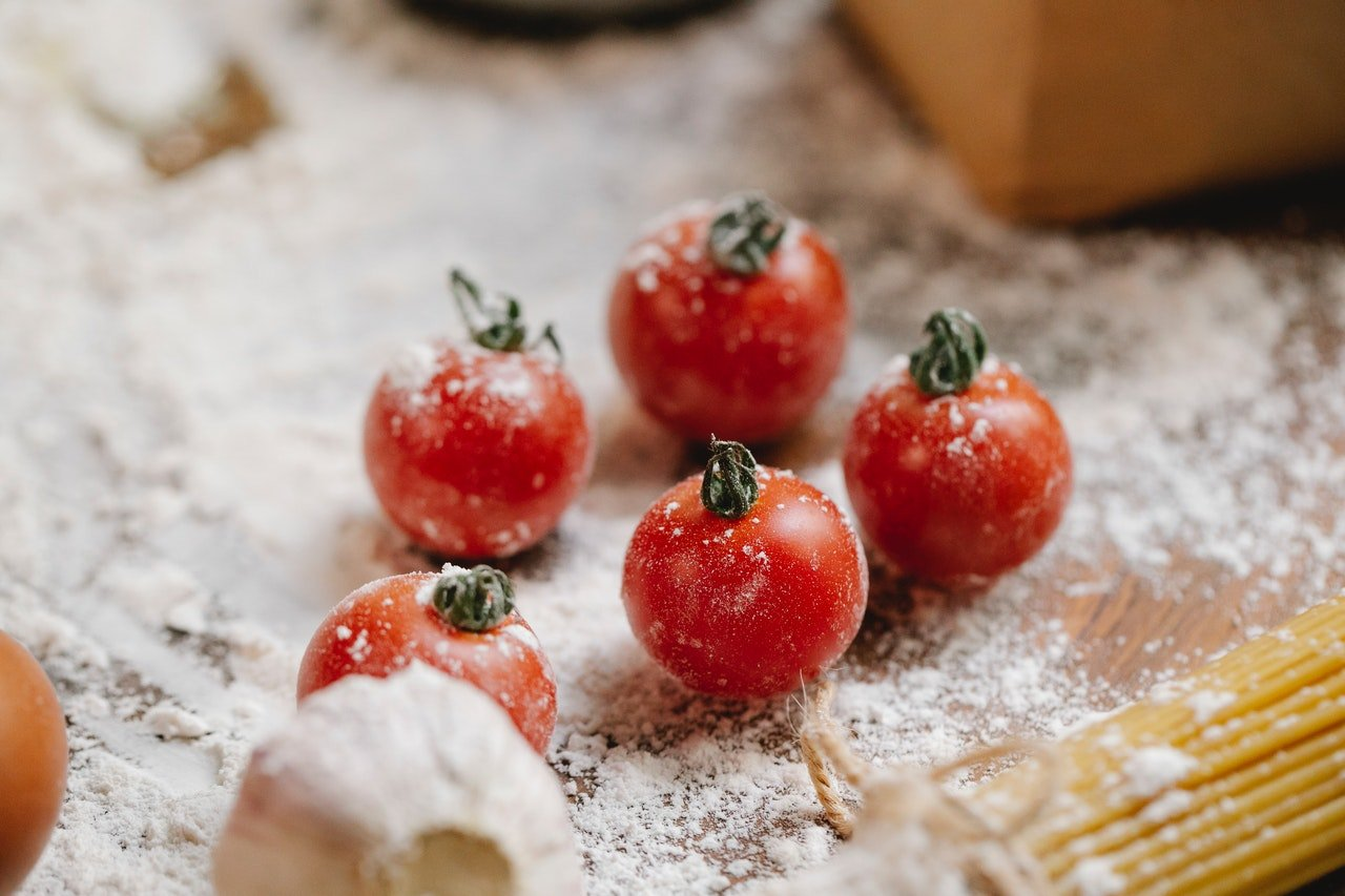 Fresh tomatoes covered with flour   Photo: Pexels