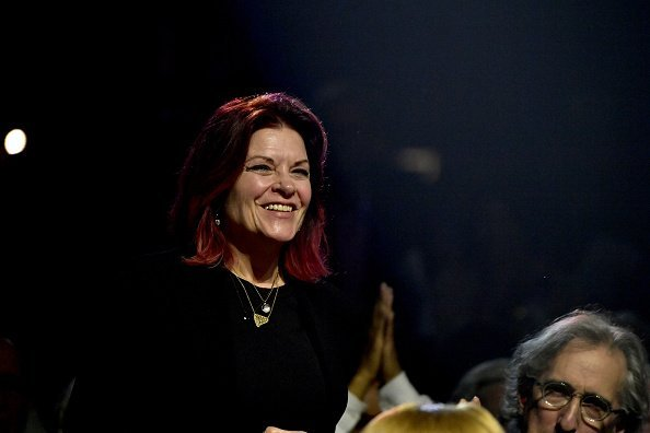 Rosanne Cash stands and is acknowledged at the Berklee College of Music Commencement Concert at Agganis Arena at Boston University on May 11, 2018 | Photo: Getty Images