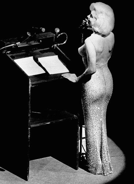 """La actriz Marilyn Monroe le canta """"Feliz cumpleaños"""" al presidente John F. Kennedy en el Madison Square Garden, por su próximo 45 cumpleaños. Fuente: Getty Images"""