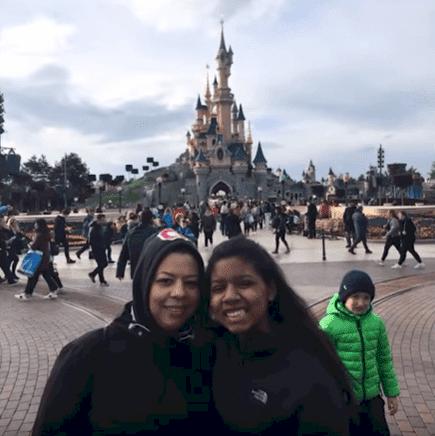 La jeuen fille et sa mère à Disneyland Paris | Source : Inside Edition/YouTube